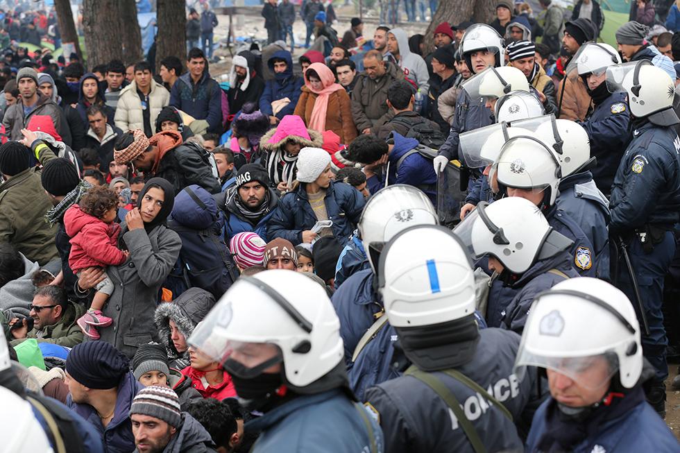 Les forces de l'ordre sont débordées par le nombre de migrants présents sur le camp. Elles les «parquent» comme elles peuvent, sans communication et sans explication. Ce jour-là, près de 6000 personnes sont massées devant la frontière.