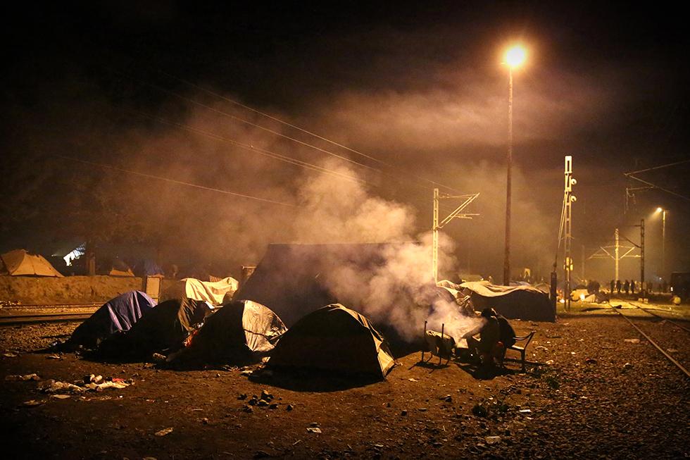 La nuit, l'ambiance le long des voies ferrées change... Tous les dix ou quinze mètres, les migrants font des feux pour se tenir chaud, que ce soit dans les champs ou le long des voies. Le regard y est à la fois lugubre et chaleureux.