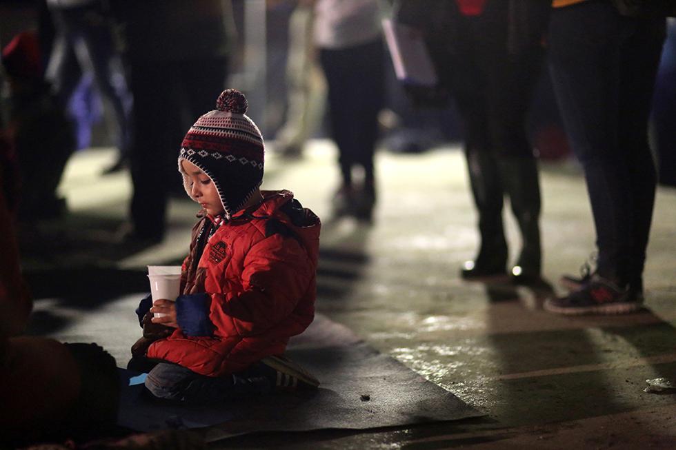 Ce petit Algérien patiente et s'ennuie sagement. Il attend que ses parents reviennent de la distribution de nourriture organisée par les associations humanitaires.