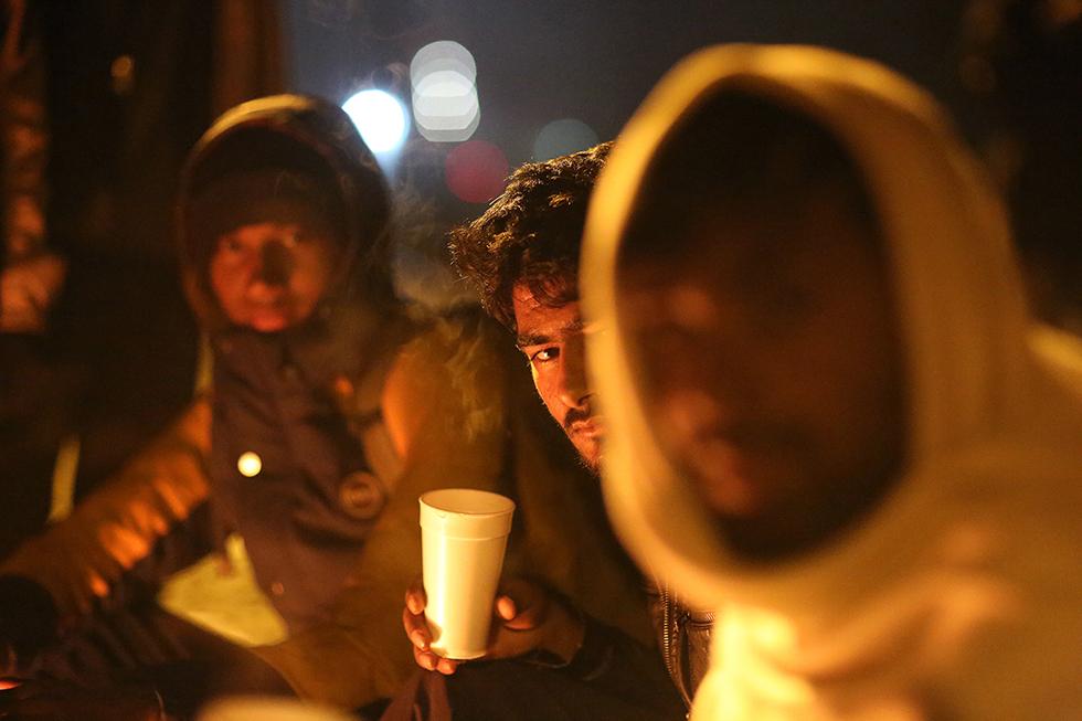 Ces jeunes, originaires du Pakistan, n'ont pas le droit de passer la frontière avec la Macédoine. Il attendent donc à Idomenie en Grèce dans l'espoir de passer un jour. Ils sont là depuis des semaines.