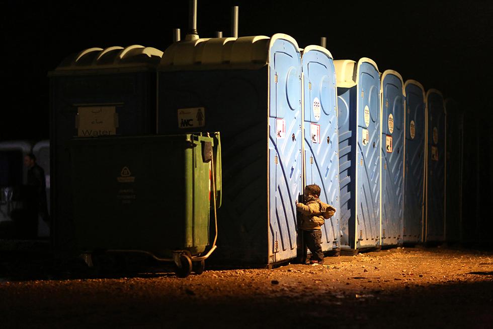 Ce Syrien est trop petit pour ouvrir seul la porte des toilettes sur le camp. En pleine nuit, la température était de 1 degré.
