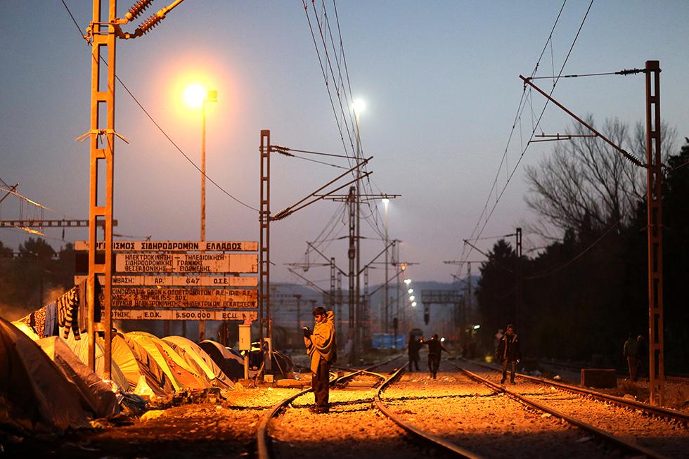 Les feux s'allument, la fumée se dissipe sous les projecteurs, certains migrants errent comme des fantômes dans un calme précaire. Une partie des migrants dans l'attente dorment entre les voies dans une ambiance improvisée.