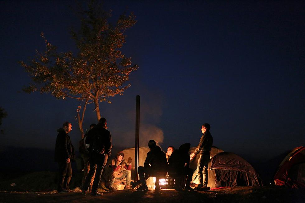 La nuit tombée, les migrants se rassemblement autour des feux pour passer le temps, se tenir chaud et oublier un peu.
