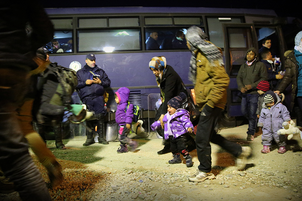 Nuit et jour, des cars de police (et même de tourisme), déposent les migrants sans distinction de nationalité en provenance des trois ports principaux grecs. Certains passeront, d'autres non.