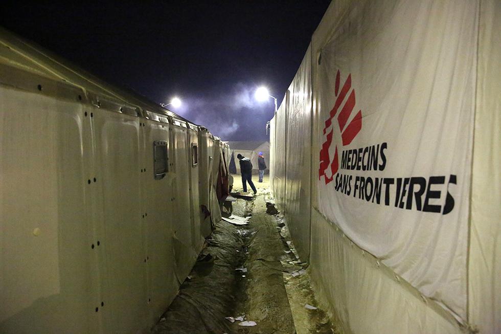 Plusieurs ONG sont présentes et, tant bien que mal, elles tentent d'apporter le soutien nécessaire aux milliers de migrants que compte le camp.