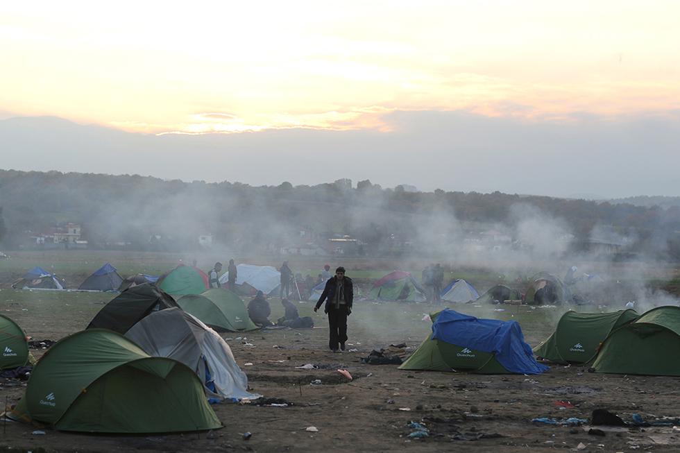 Une nouvelle journée se lève sur Idomenie. La plupart des migrants dorment encore dans les champs qui font face aux barbelés de la frontière.