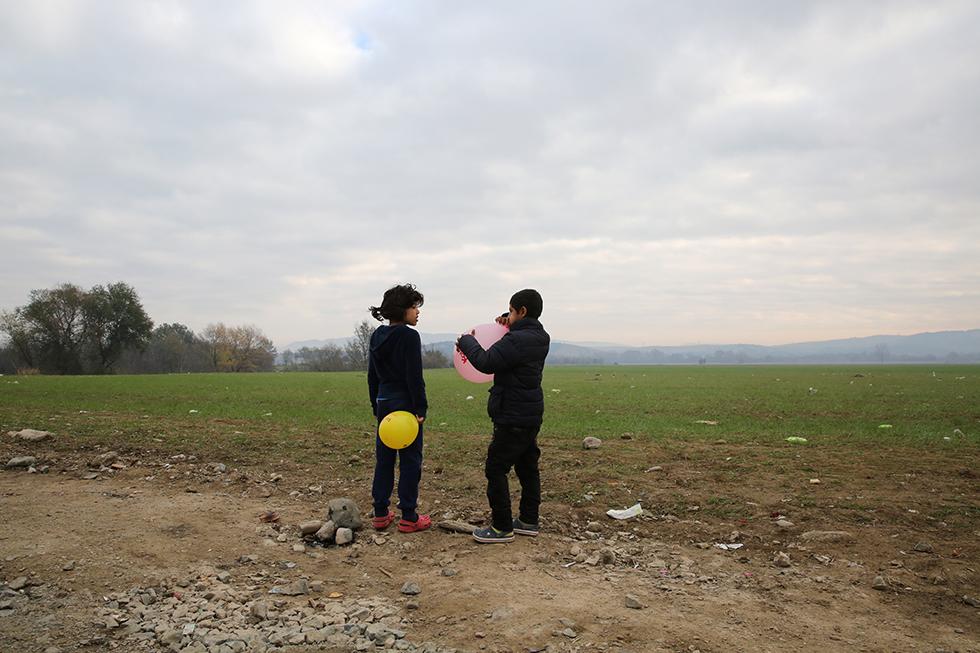 Ces jeunes afghans patientent dans les champs en attendant l'autorisation,  pour eux et leur famille, de continuer la route jusqu'en Allemagne.