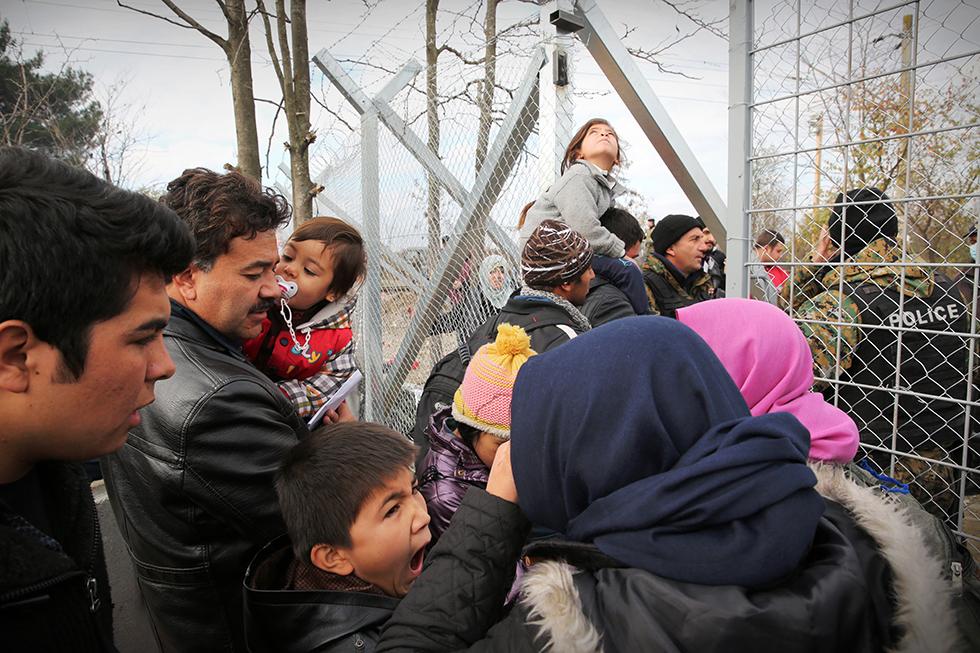 La porte d'entrée s'ouvre sur le poste frontière. Seules les familles originaires de Syrie, d'Afghanistan et d'Irak peuvent franchir cette porte métallique contrôlée par l'armée macédonienne.