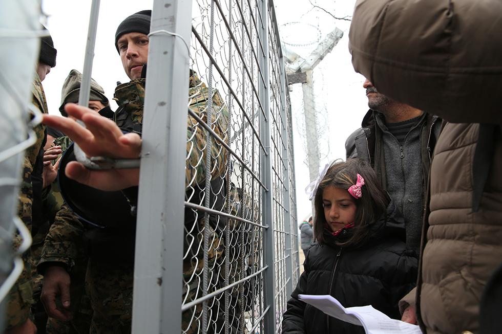 La grille se referme devant cette famille. Les militaires macédoniens laissent les réfugiés passer au compte goutte. Cette famille aura néanmoins la chance de passer quelques instants plus tard après que ces derniers aient contrôlé leurs documents.