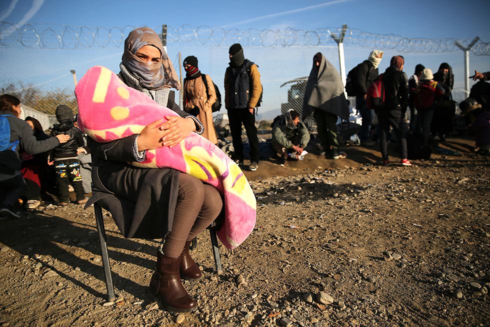 Le passage de frontière est à quelques mètres, certains continuent leur route, d'autres non. Pour cette femme, l'attente ne durera plus que quelques minutes contrairement à des milliers d'autres.