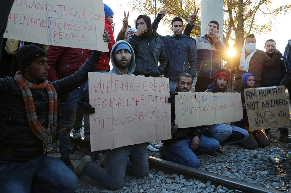 Les migrants qui n'ont pas l'autorisation de poursuivre leur route manifestent leur mécontentement. Cela fait des semaines qu'ils patientent sans que leur situation, très précaire, n'évolue.