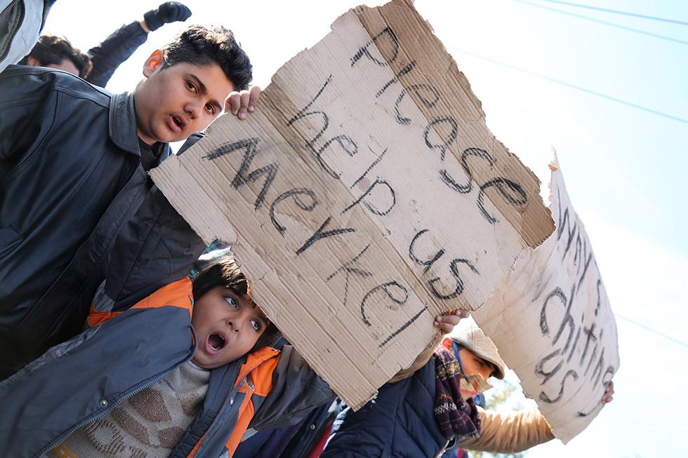 Ceux qui protestent devant le poste frontière ont tous les âges.