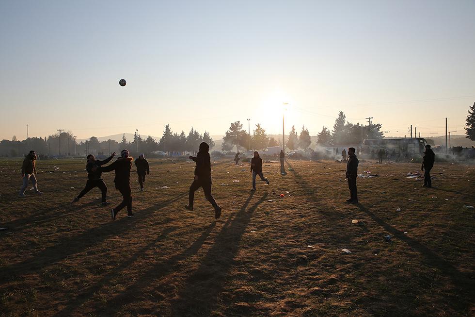 Jouer au foot est un bon passe-temps lorsque l'on a rien à faire. Cela ne comblera pas une journée, mais pour eux c'est déjà ça de gagné : pouvoir oublier un peu.