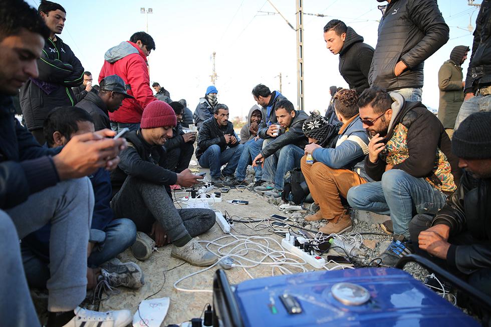 Partout sur le camp, des groupes se forment pour recharger leur portable, alimentés par des groupes électrogènes posés sur les voies ferrées.
