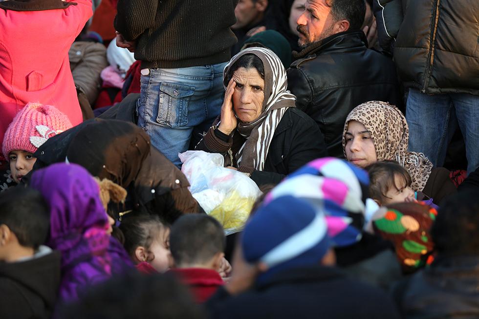 Les réfugiés patientent pendant des heures, en attendant l'ordre des autorités de pouvoir passer, famille par famille. L'attente est longue et l'angoisse de savoir s'ils vont pouvoir passer plane dans les têtes.