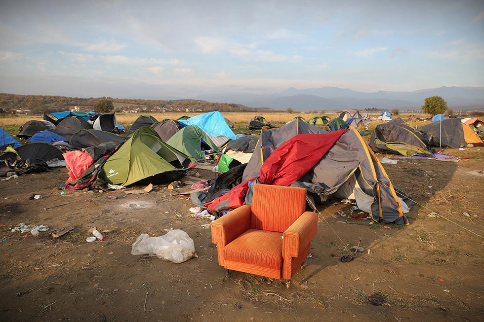 Les forces de l'ordres ayant rapidement fait monter les migrants dans les bus, les jouets sont restés sur le sol, tout comme les couvertures ou encore les tentes.