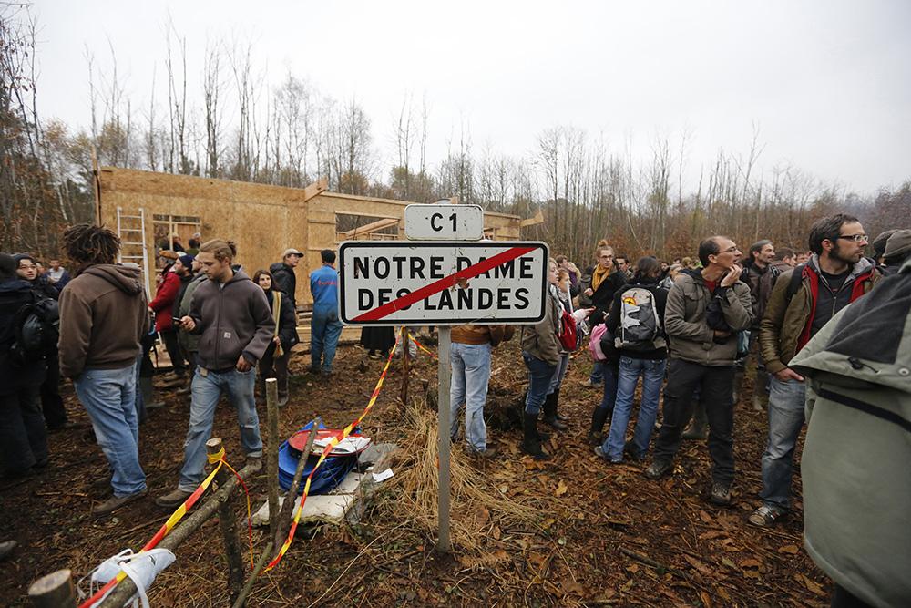 La ZAD, une zone de non droit pour certains, une zone à defendre pour d'autres. Sur le site de Notre dame des landes, les opposant au projet se rassemblent pour combattre le projet de l'état. un panneaux en forme de symbole a été planté là en 2012 lors de