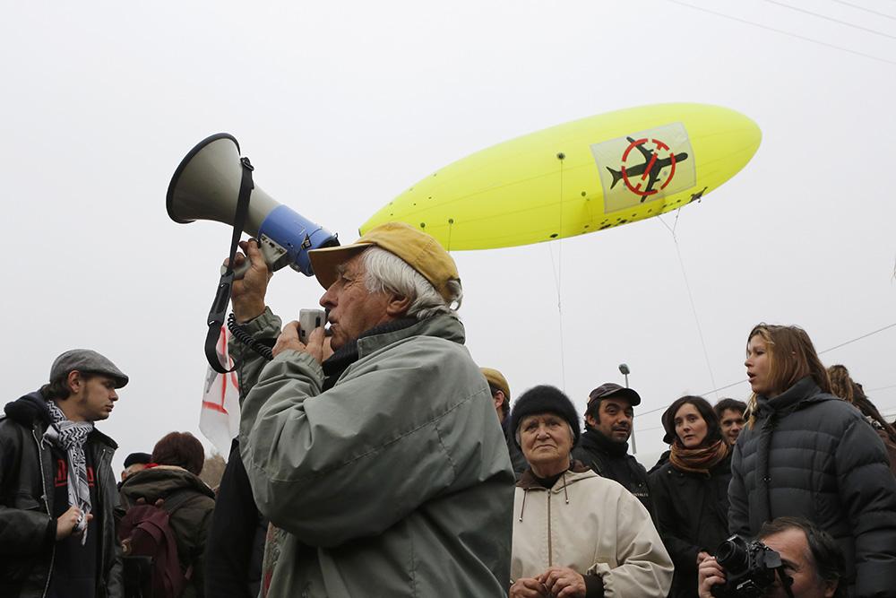 Lors des rassemblements de soutien sur le site de notre dame des landes, Des citoyens de tout age se réunissent pour faire front contre ce projet d'aménagement.