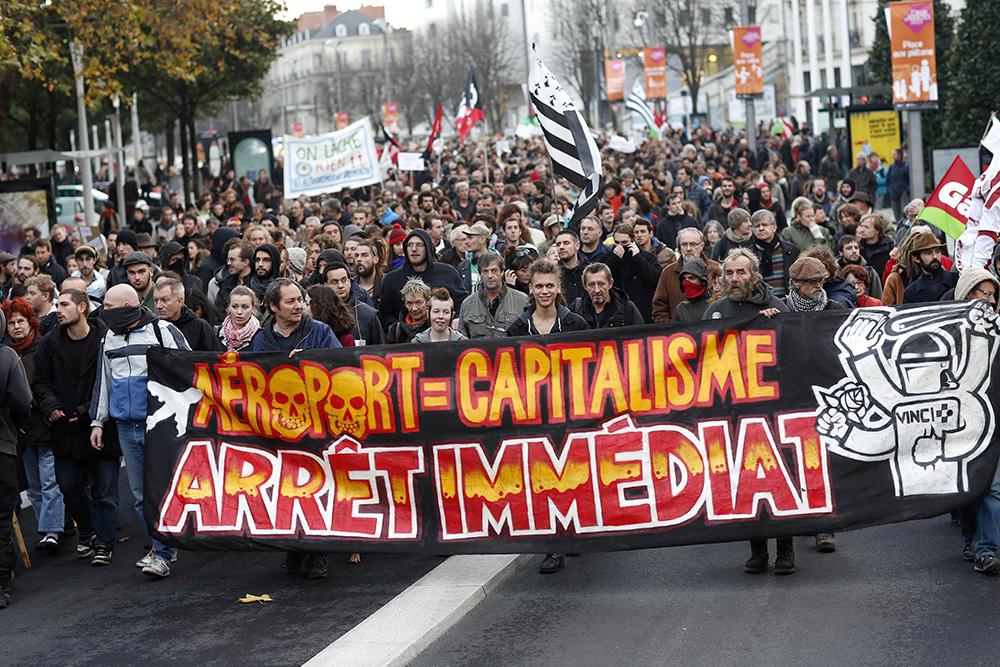 Quelques manifestations ont eu lieux a Nantes en forme de protestation. La lutte contre cet aeroport prend la forme depuis longtemps d'un combat contre le capitalisme et l'économiede marché, denonçant ainsi, des projets inhumains.