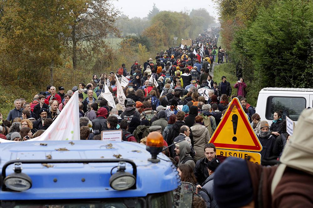 le cortege de manifestants semble interminable, tant la foule s'est rassemblé en nombre ce samedi 17 novembre 2012 pour manifester contre le projet du futur aeroport.