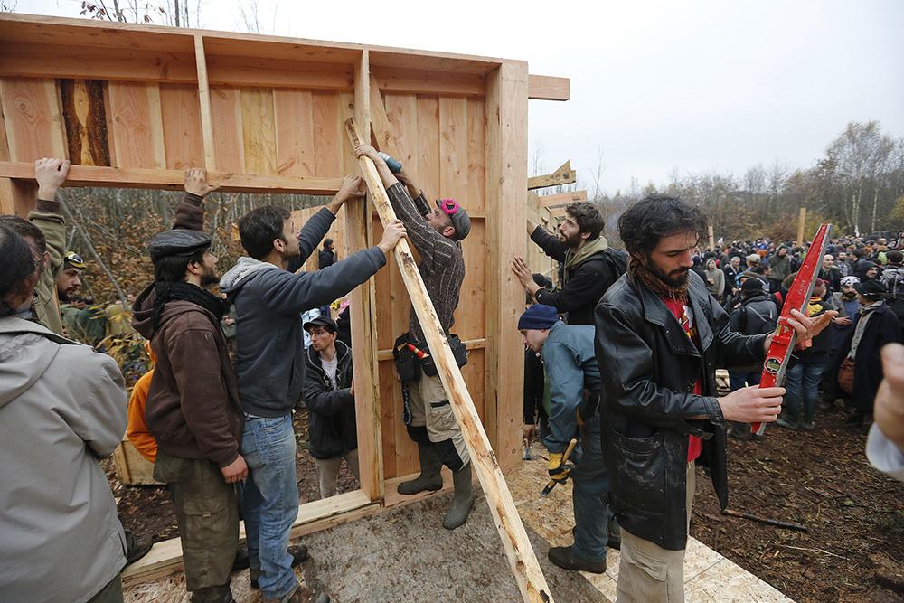 Le chantier avance bien. Des centaines de manifestants et de zadistes usent de leur bras pour construire les 1eres cabanes dans les bois.
