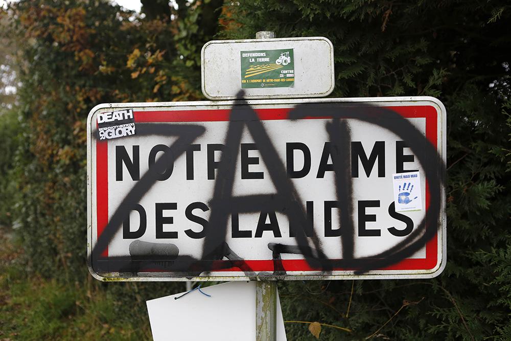 Tout autour de la zone, la plupart des panneaux de signalisation ont été vandalisé. Laissant place aux slogans des organisations contestataires.