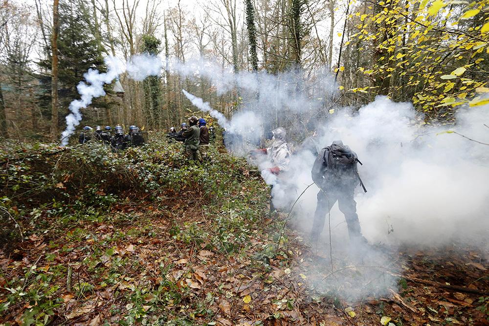 Le 24 novembre 2012 débutent l'opération CESAR. Les premiers combats ont lieux dans les bois entourant la ZAD.