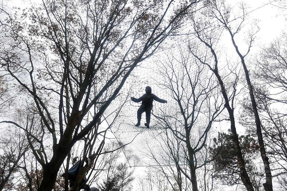 Perché dans les arbres à plus de 10 mètres du sol, certains zadistent font de la résistance. Les engins des forces de l'ordre, complètement embourbés, auront toutes les peines du monde à les déloger.