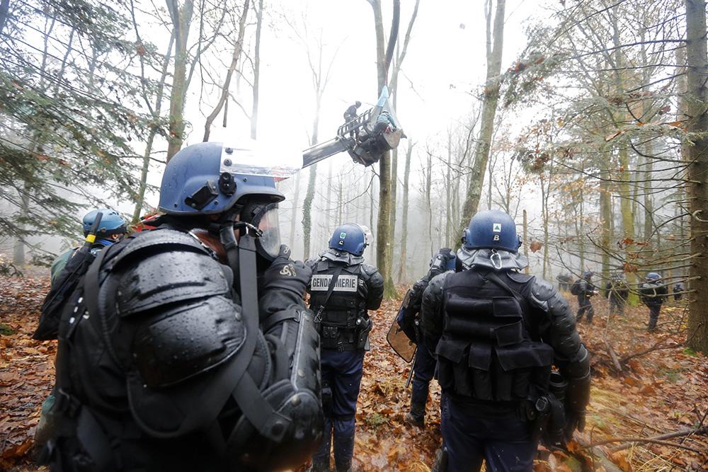 les opérations d'évacuations se poursuivent sous la pluie dans des nuages de gaz lacrymogènes. Dans la difficulté, les manifestants perchés dans les arbres sont descendus et arrêtés.