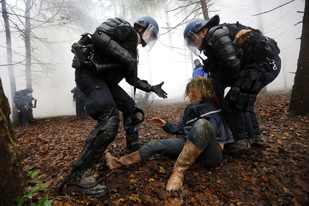 Les combats violents durent depuis des heures. De nombreux manifestants sont arrêtes à l'instar de cette femme non décidée à se laisser faire.