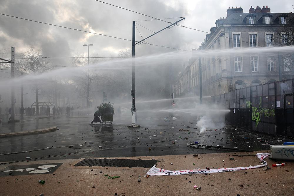 Lors d'une journée de manifestation, le centre ville de Nantes est assiégé. La manifestation, au début pacifique à complètement dégénérée. Barricadé derrière des barrières anti émeutes les forces de l'ordre défendent leur position sur le plus grand boulev
