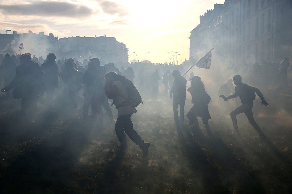 30000 personnes étaient rassemblées dans le centre ville de Nantes le samedi 22 février 2014. Les hostilités vis à vis des forces de l'ordres ont vite semé le chaos, avec un centre ville baignant dans les gaz lacrymogènes.
