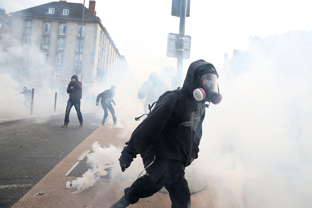 Les plus radicaux des opposants sont prêt à en découdre sans tergiverser. équipés de masques, d'affaires de rechanges, ils harcèlent des heures durant les forces de sécurité.