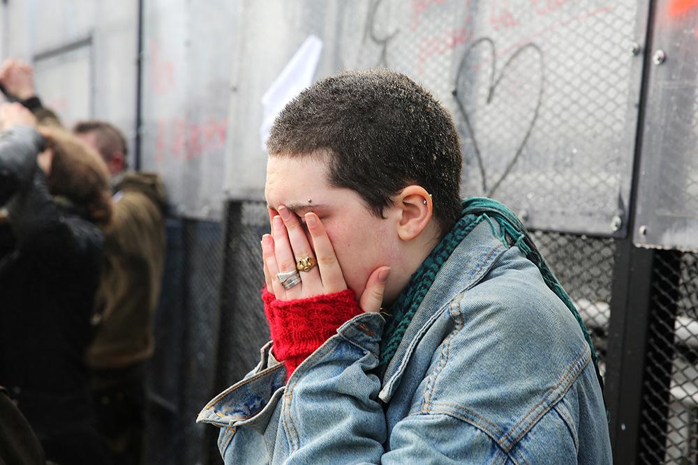 Cette manifestante n'en croit pas ses yeux endoloris par le gaz lacrymogène. Les violences ont dépassés une certaines limites. Ils heurtent même une partie des manifestants qui se désolidarisent de ces mouvement radicaux.