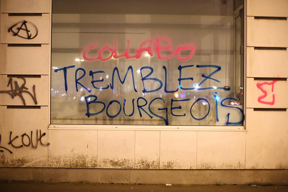 De nombreux édifices sont tagués au sortir des manifestations.