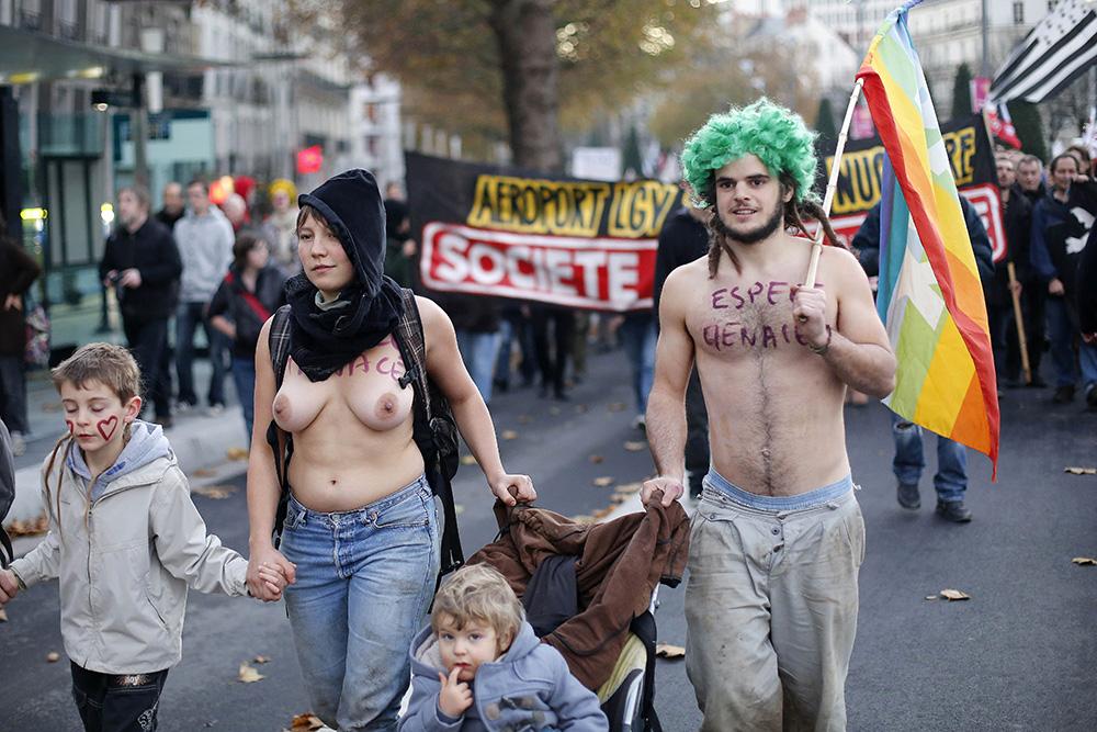 Les cortèges de manifestants se divisent souvent en deux groupe à part entière. Pour simplifier, il y a les pacifistes d'un coté et les plus radicaux de l'autres.