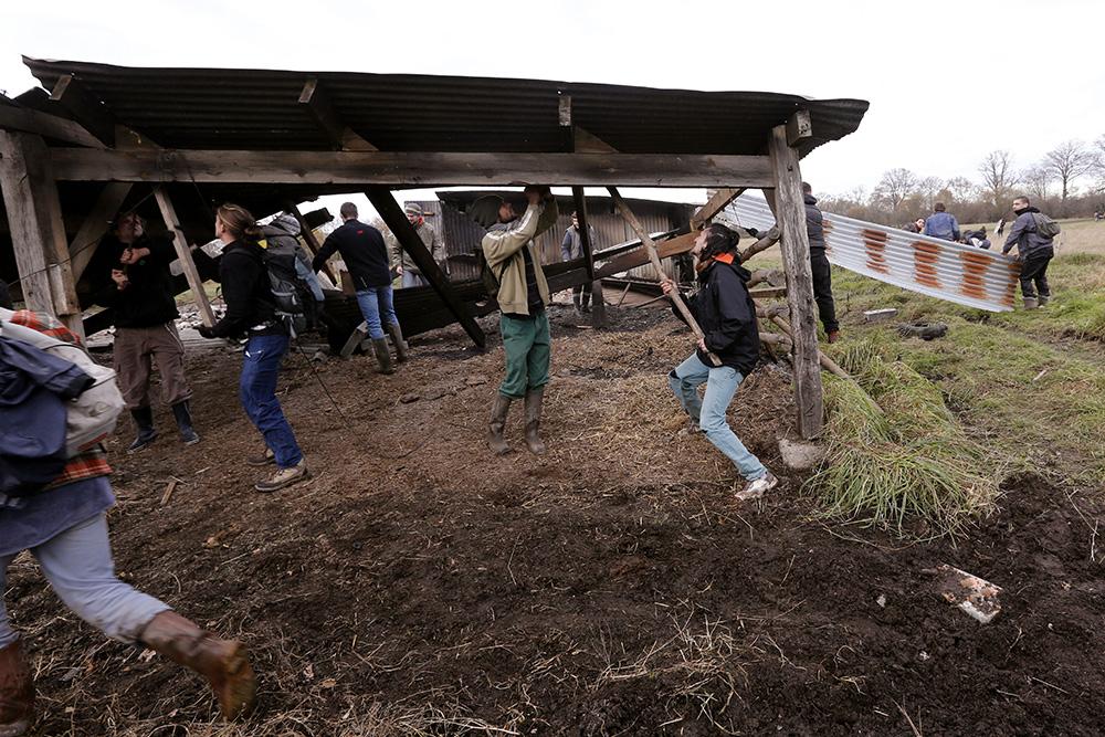 En décembre 2012, les opposants à l'aéroport se servent en matériel sur le site des