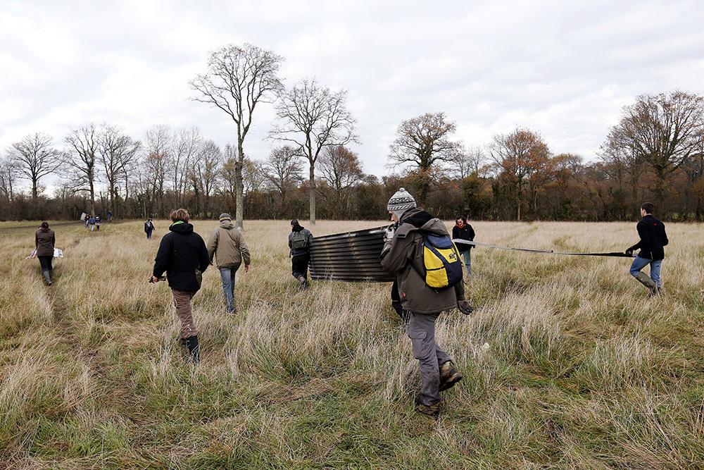 les tôles acheminées par les opposants au projet d'aéroport iront garnir les toits de nouvelles construction dans les bois de notre dame des landes.