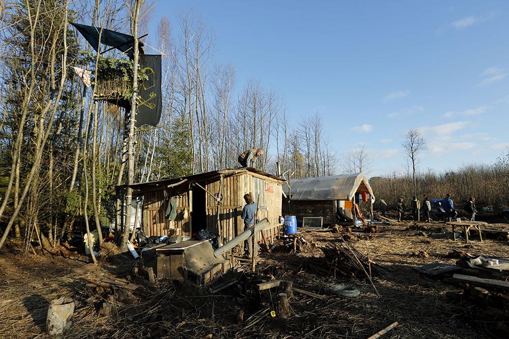 En 2013, les constructions de cabane se poursuivent au fil des jours, les opposants s'afférent à construire tout le nécéssaire pour passer l'hiver dans les