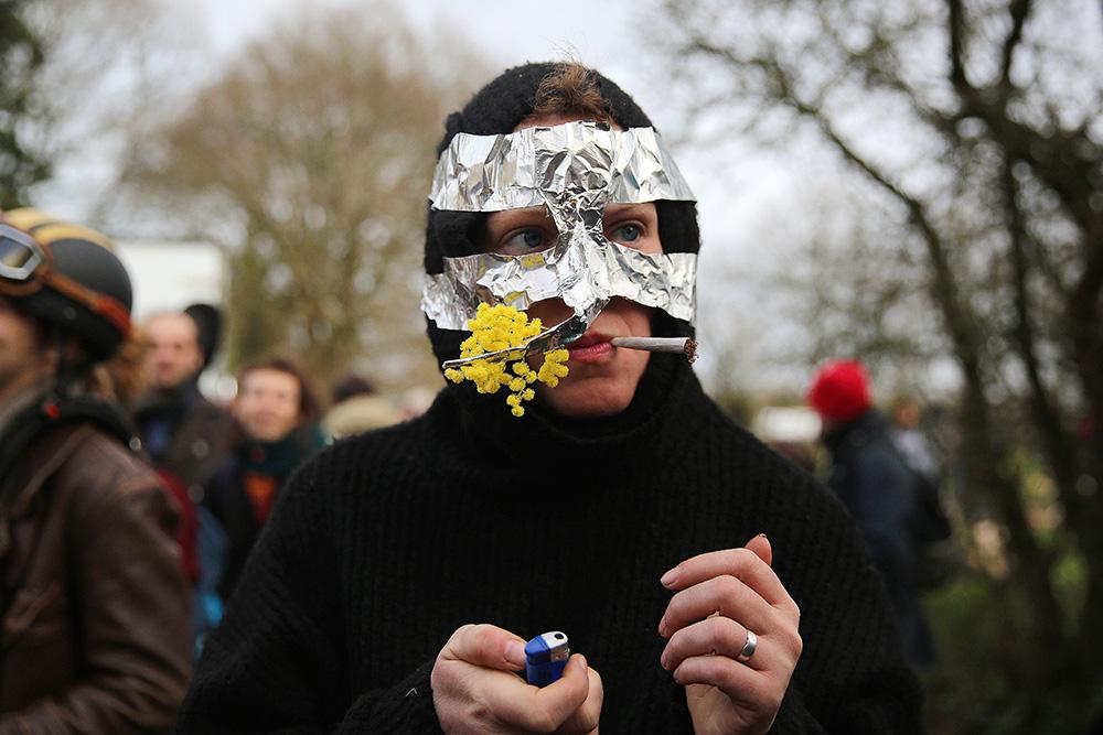 Lors des rassemblements sur la ZAD, de nombreuses personnes se deguisent. une ambiance festive remplie les bois environnant.
