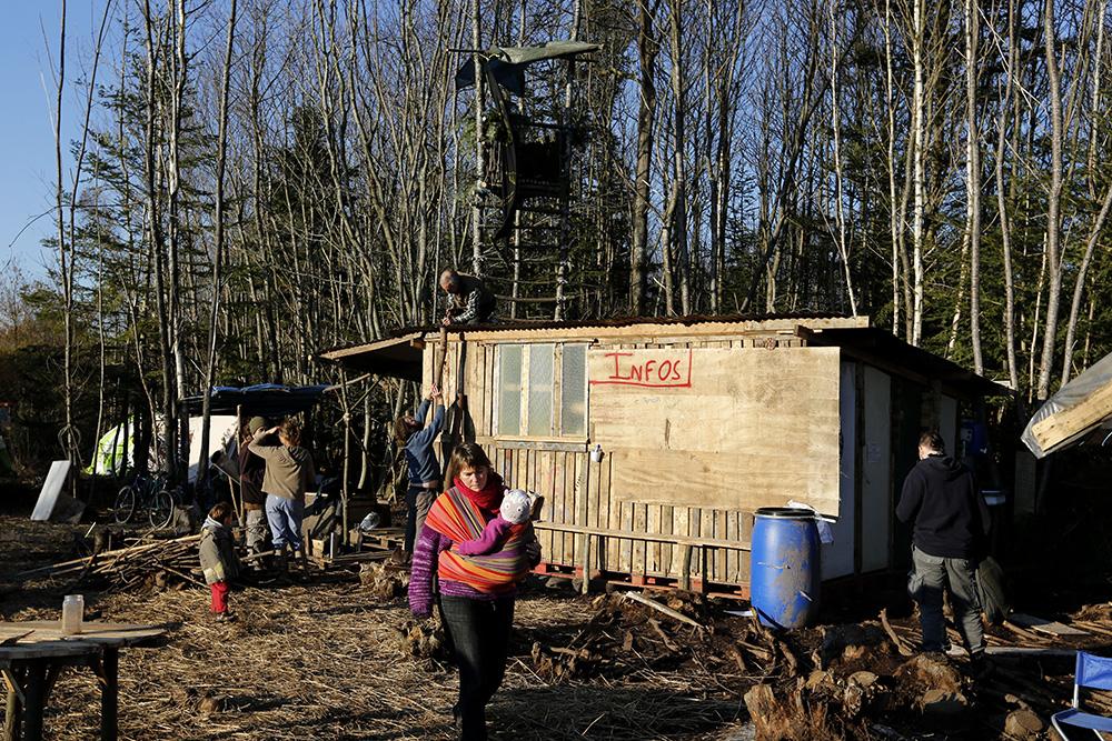 Riverains et opposants se promènent avec femmes et enfants sur le site de la Châtaigneraie. l'entraide se poursuit pour structurer toujours un peu plus la zone.