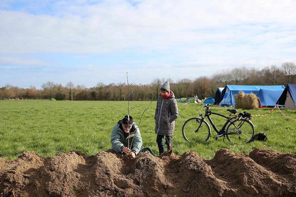 A leur manière, ce couple de retraité est venu soutenir la ZAD en plantant un arbre, là ou quelques mois auparavant les bulldozers devaient intervenir.