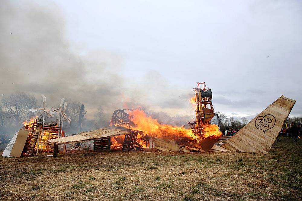 Les zadistes ont brulé un avion de bois pour fêter l'abandon du projet le 10 février 2018 , tout un symbole.