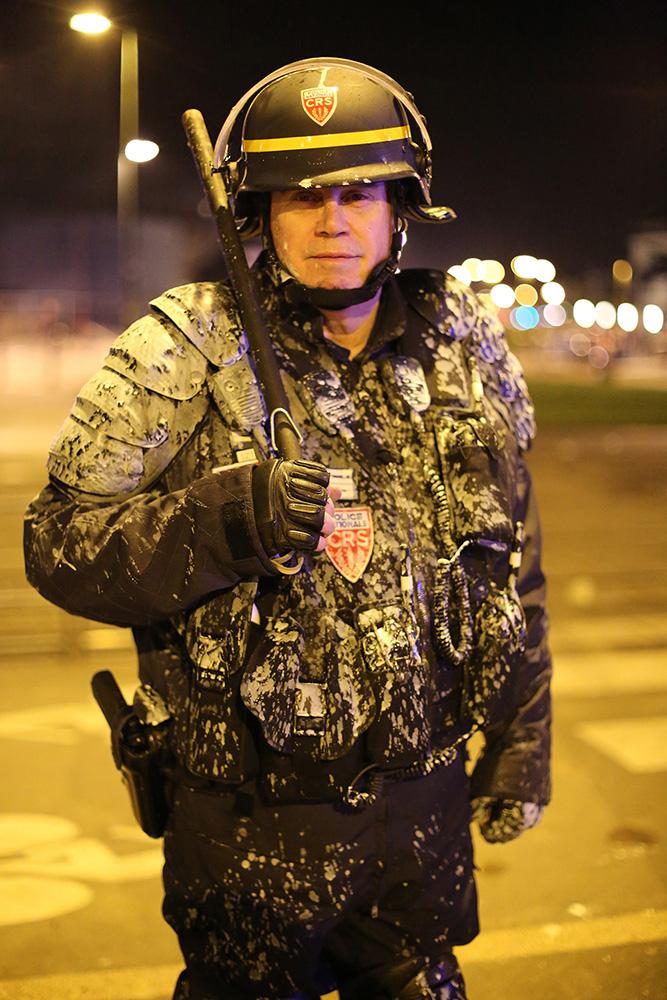 C'est la fin d'une journée d'affrontement à Nantes. Ce représentant de la loi fatigué a vécu une journée compliquée, comme l'ensemble de ces collègues le 22 février 2014.